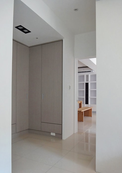 Pasillos, vestíbulos y escaleras modernos de AIRS 艾兒斯國際室內裝修有限公司 Moderno