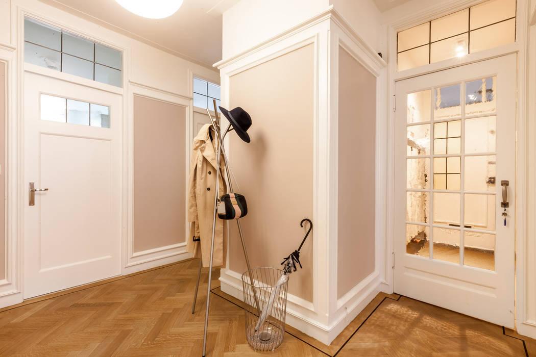 Pasillos, vestíbulos y escaleras modernos de Aangenaam Interieuradvies Moderno