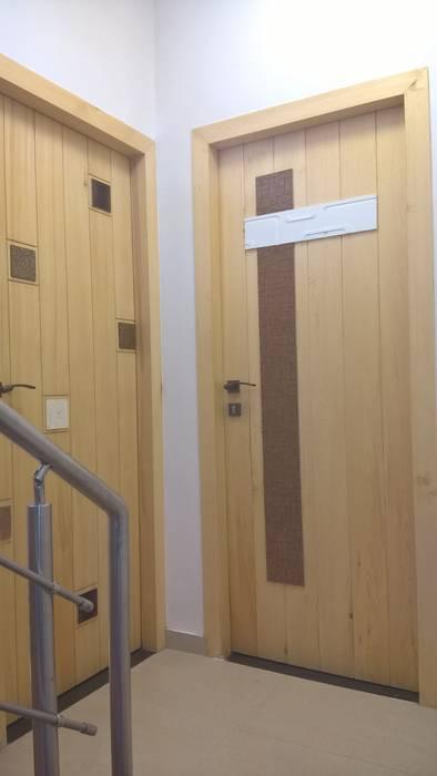 Bedroom doors:  Corridor & hallway by i'studio creative