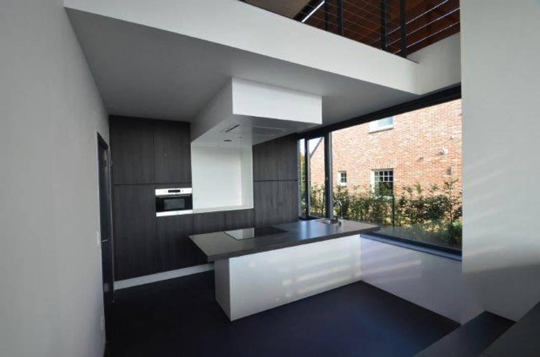 Modern kitchen by ENA architecten Modern