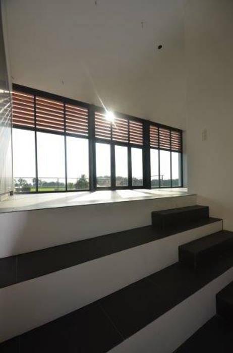 Salones de estilo moderno de ENA architecten Moderno