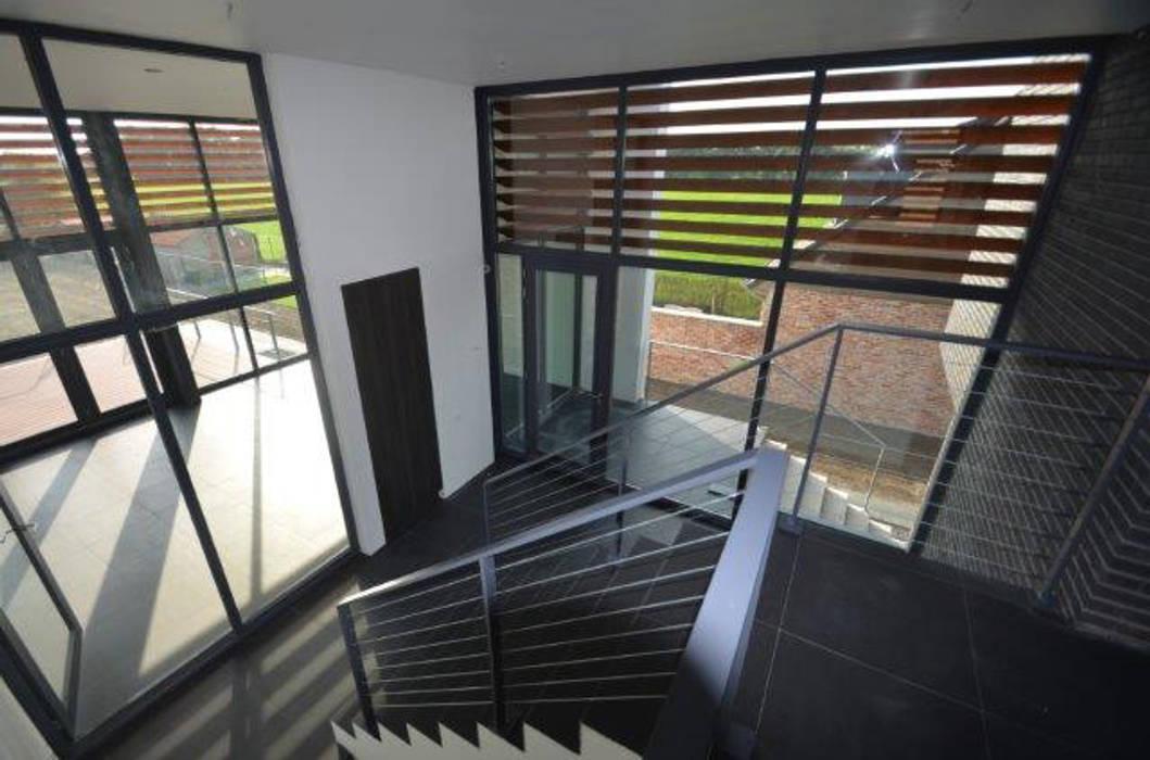 現代風玄關、走廊與階梯 根據 ENA architecten 現代風