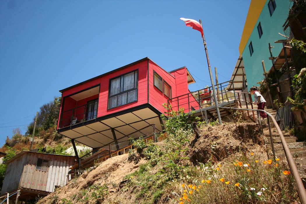 Vista nororiente, desde quebrada Arq2g Casas estilo moderno: ideas, arquitectura e imágenes Rojo