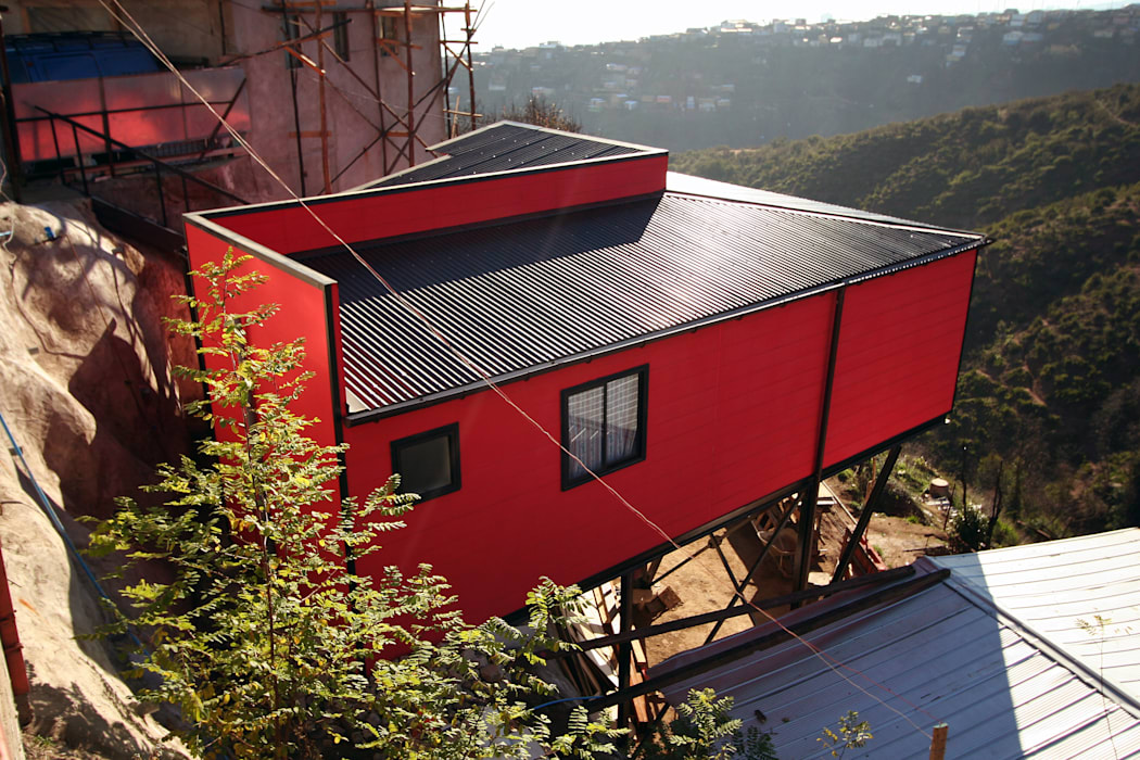 Vista surponiente, desde calle Pedro de Oña Arq2g Casas estilo moderno: ideas, arquitectura e imágenes Rojo