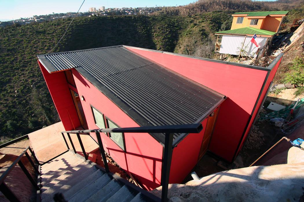 Vista desde acceso a la vivienda Arq2g Casas estilo moderno: ideas, arquitectura e imágenes Rojo