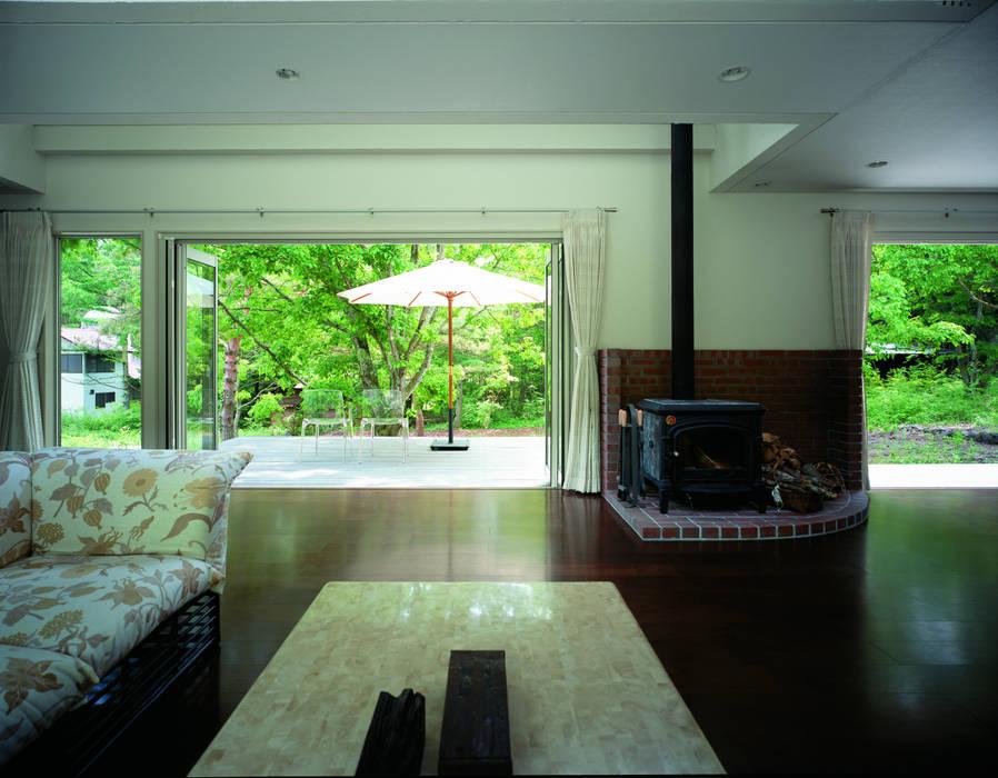 軽井沢のVILLA | 別荘建築: Mアーキテクツ|高級邸宅 豪邸 注文住宅 別荘建築 LUXURY HOUSES | M-architectsが手掛けたリビングです。