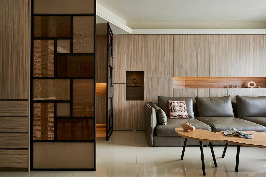 全牆式收納讓客廳更顯淨雅整潔:  客廳 by 青瓷設計工程有限公司