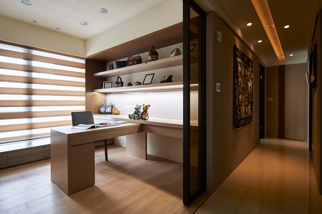 貼心功能讓書房成為多用途工作室:  書房/辦公室 by 青瓷設計工程有限公司