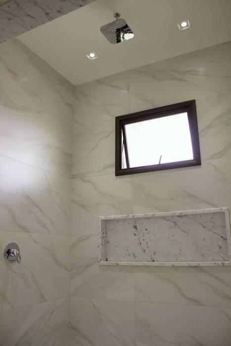 Phòng tắm phong cách tối giản bởi Pz arquitetura e engenharia Tối giản