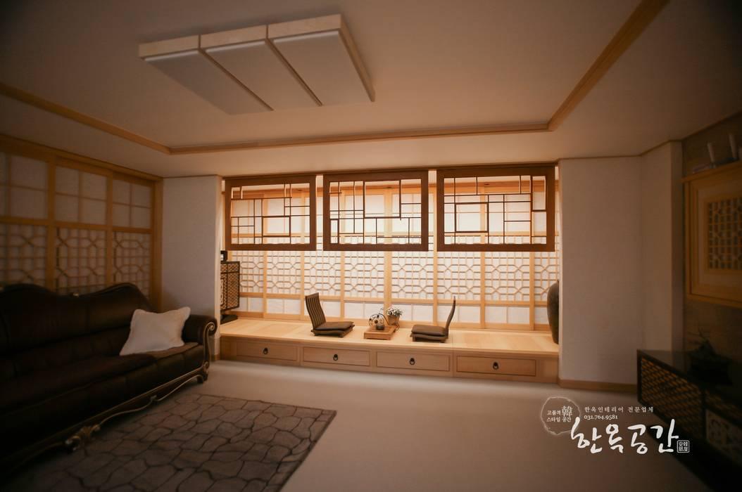 Salas de estilo asiático de homify Asiático Madera Acabado en madera