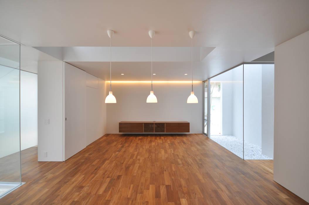 Living room by 門一級建築士事務所,