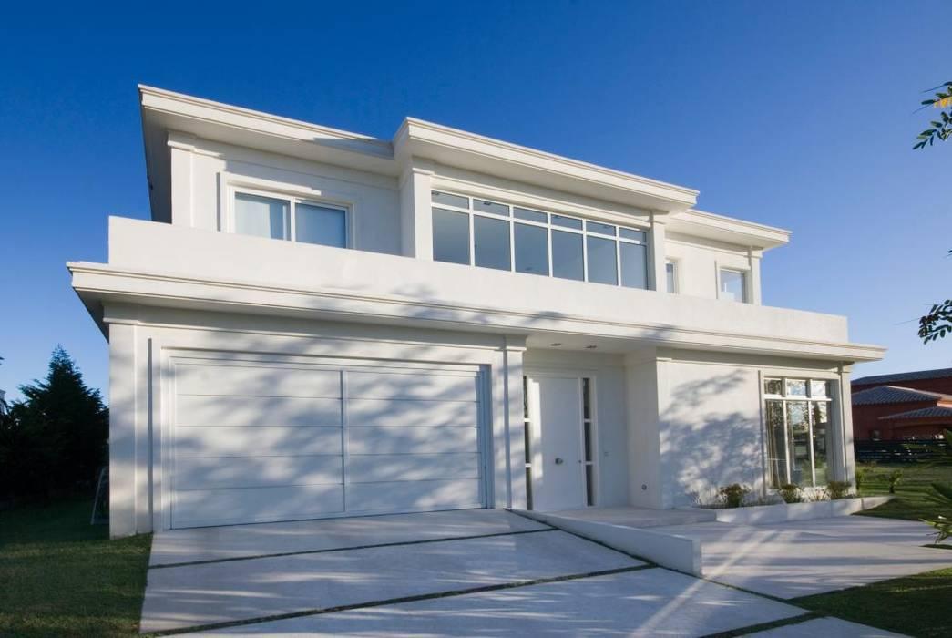 Fachada principal: Casas de estilo  por CIBA ARQUITECTURA,Moderno