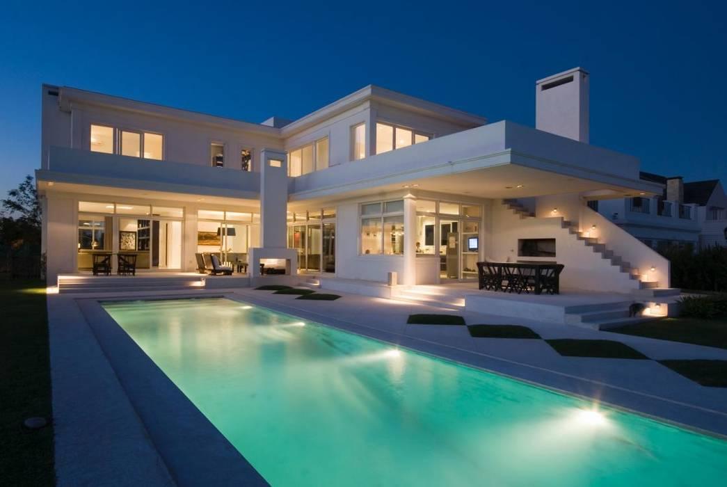 Fachada posterior: Casas de estilo  por CIBA ARQUITECTURA,