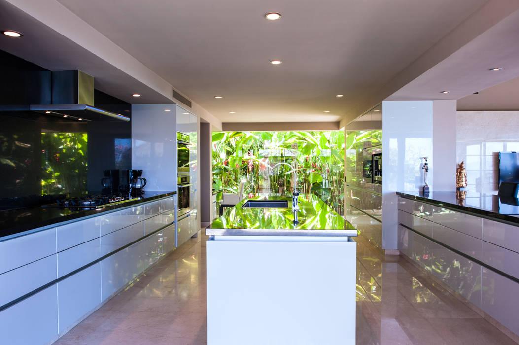 Cocina con vista al jardín: Cocinas de estilo topical por Arcencielstudio