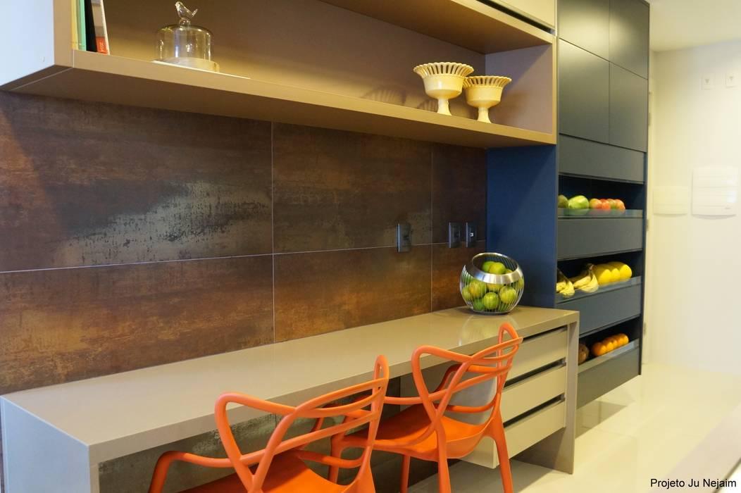 Cocinas de estilo tropical de Ju Nejaim Arquitetura Tropical Tablero DM