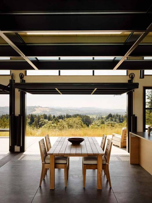 Modern dining room by Feldman Architecture Modern