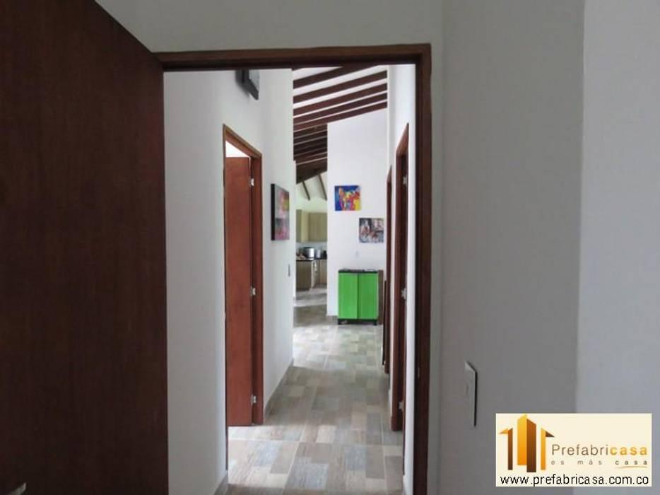 Casa pre fabricada en bogotá Pasillos, vestíbulos y escaleras de estilo moderno de PREFABRICASA Moderno