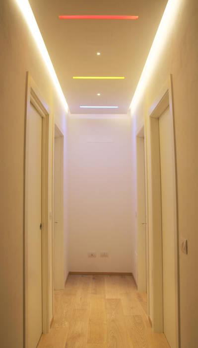 """corridoio """"mutevole"""" zona notte: Ingresso & Corridoio in stile  di Architetto Luigi Pizzuti"""