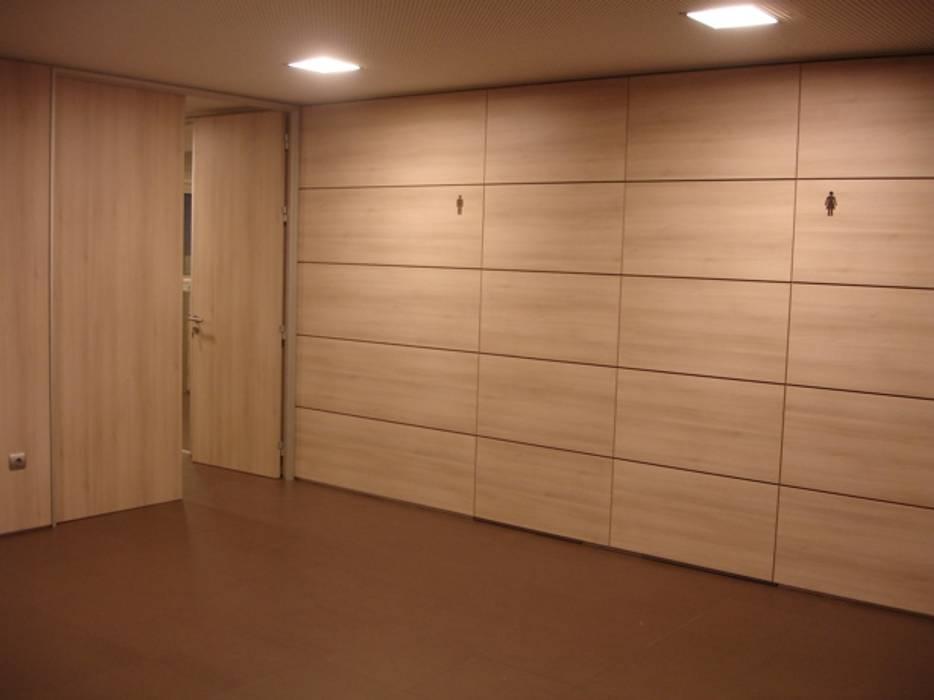Vestíbulo interior por Área77 - arquitectura, engenharia e design, lda Moderno Derivados de madeira Transparente
