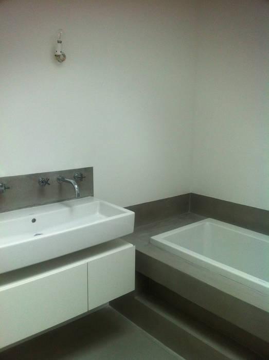 EXTENSION D'UNE MAISON: Salle de bains de style  par Eric Rechsteiner