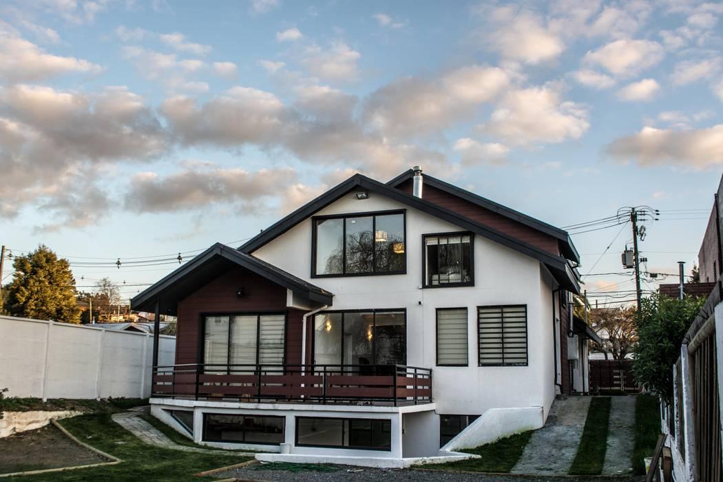fachada posterior de la vivienda rehabilitada: Casas de estilo  por ARQUITECTURA E INGENIERIA PUNTAL LIMITADA