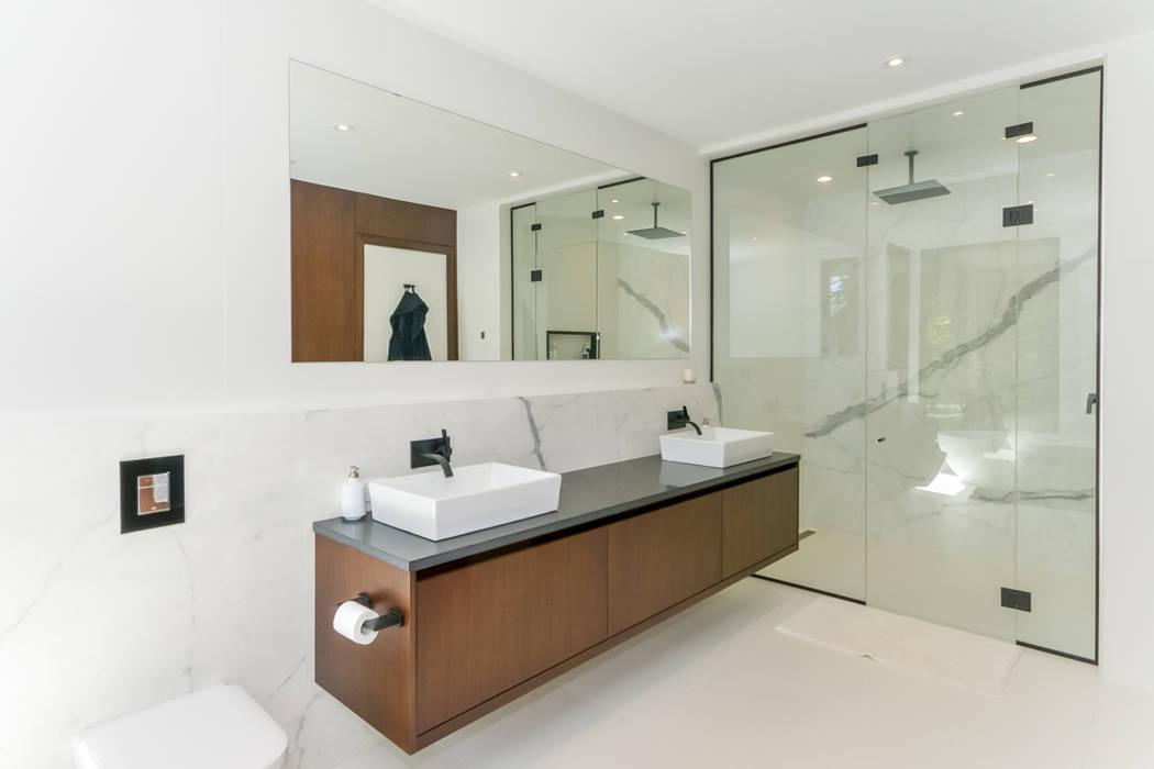 Rockcliffe Park:  Bathroom by Flynn Architect ,Modern