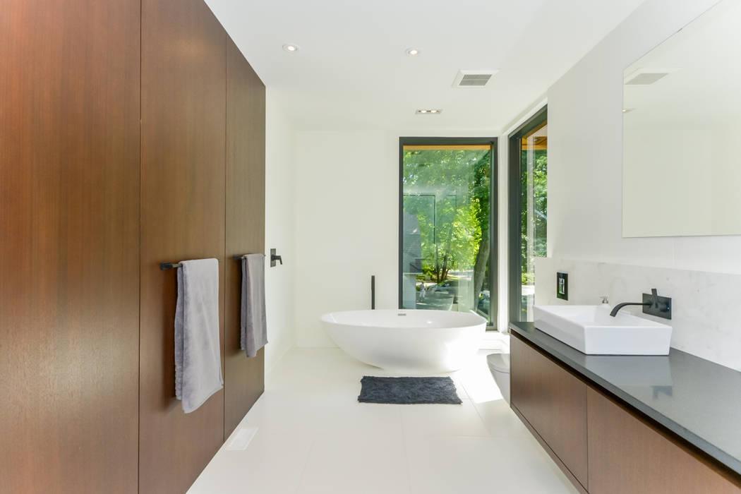 Rockcliffe Park:  Bathroom by Flynn Architect