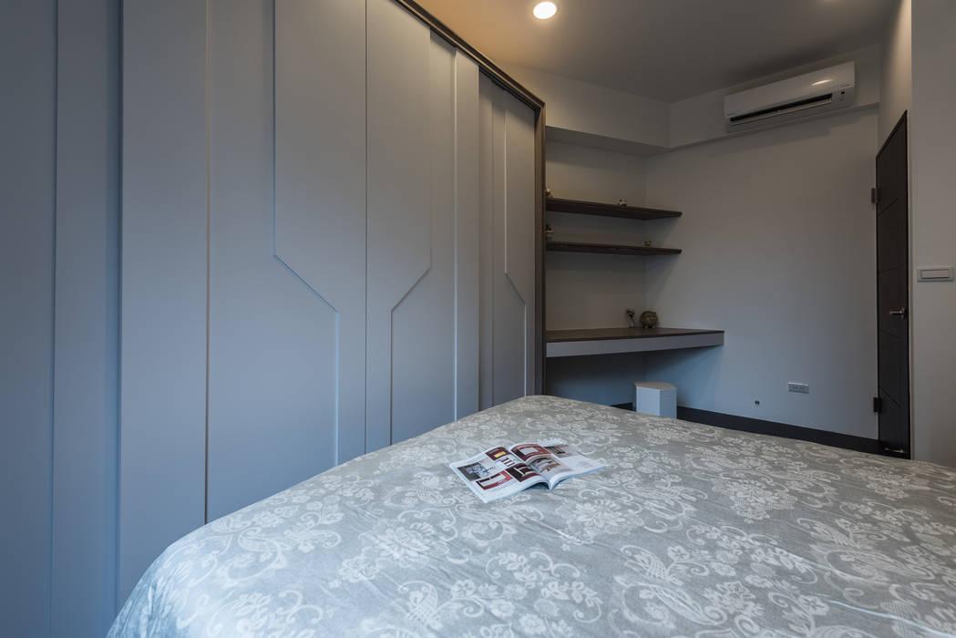 書桌兼梳妝台設計:  臥室 by 你你空間設計