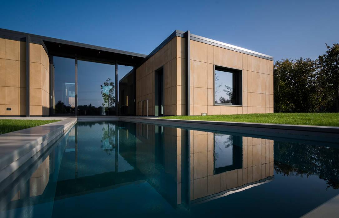 Casa Stile Moderno Esterni : Esterno casa patio piscina case in stile in stile moderno di