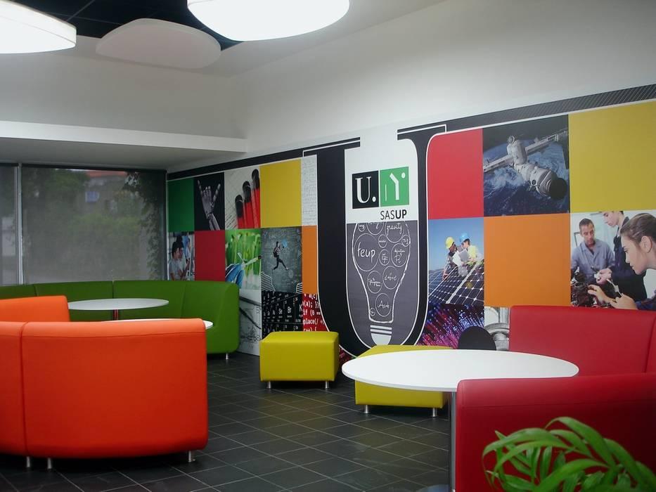 Imagem geral do espaço Grill da cantina da FEUP. Escolas modernas por Área77 - arquitectura, engenharia e design, lda Moderno