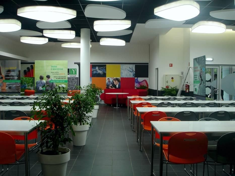 Espaço Grill da cantina da FEUP: Escolas  por Área77 - arquitectura, engenharia e design, lda,