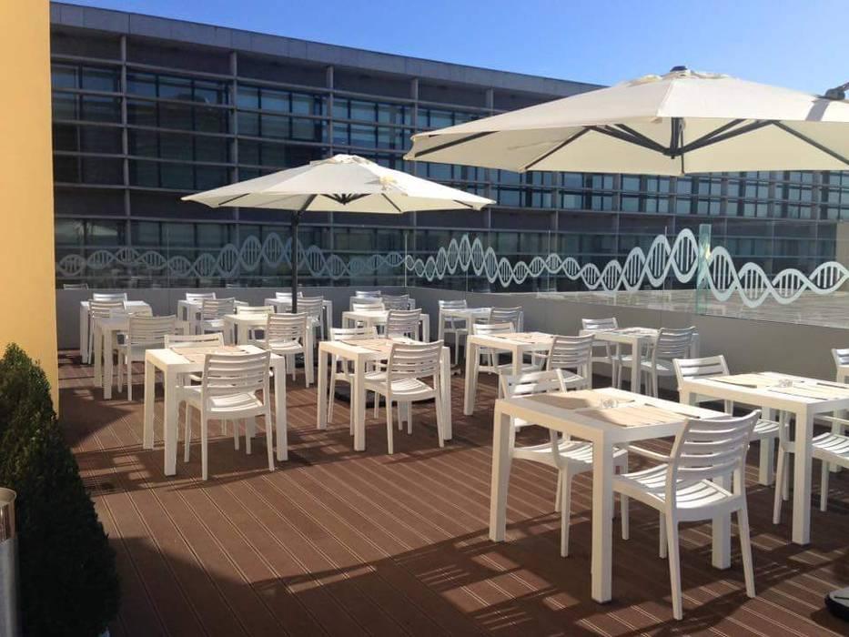 Esplanada exterior: Escolas  por Área77 - arquitectura, engenharia e design, lda,