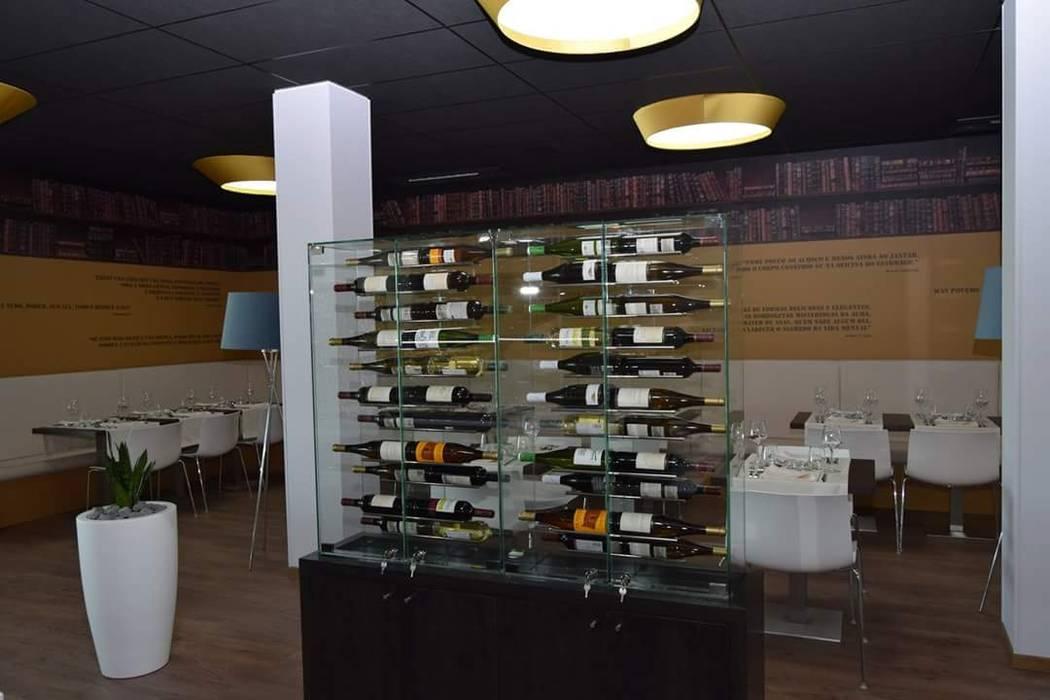 Móvel vitrine de vinhos: Bares e clubes  por Área77 - arquitectura, engenharia e design, lda,