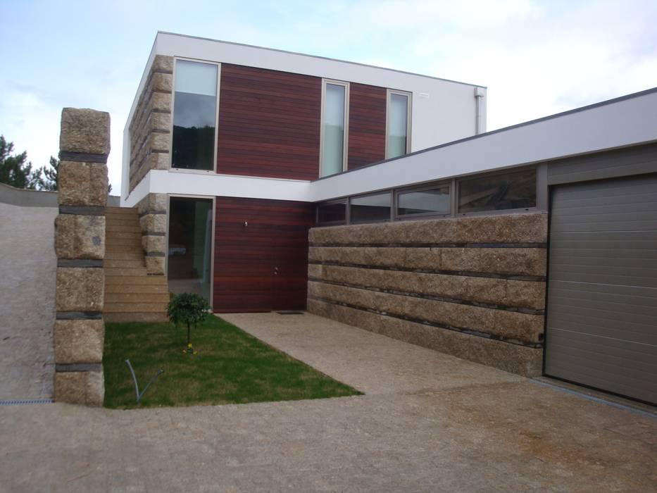 Vista geral do edificio: Casas  por Área77 - arquitectura, engenharia e design, lda