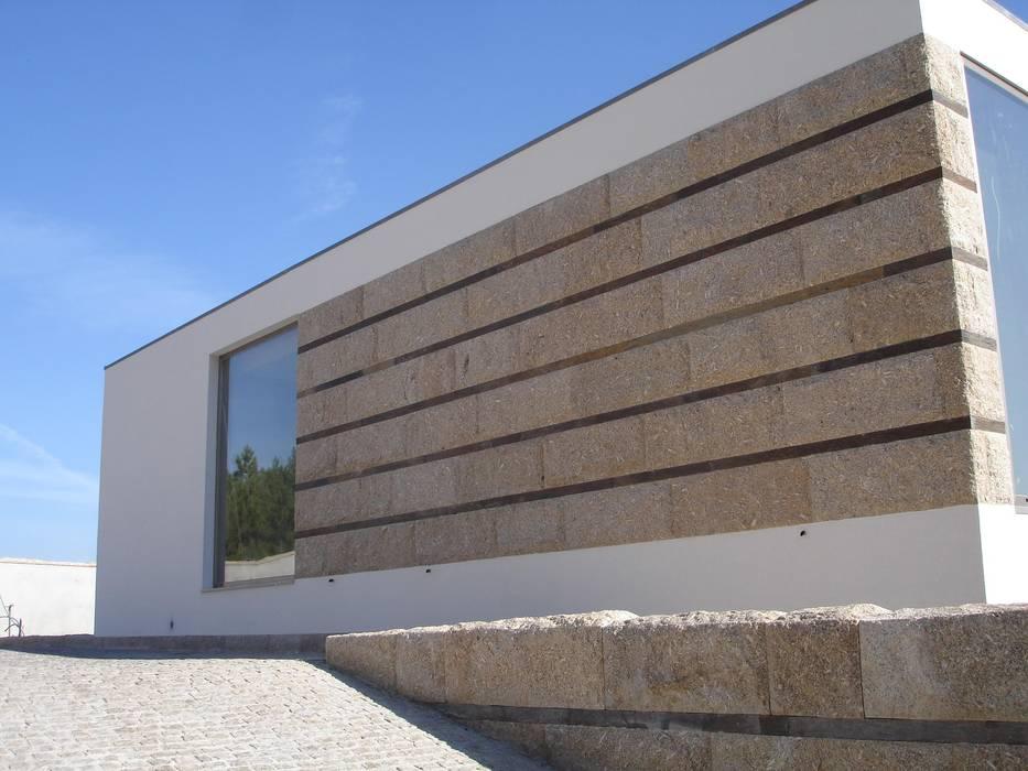 Pormenor da fachada: Casas  por Área77 - arquitectura, engenharia e design, lda