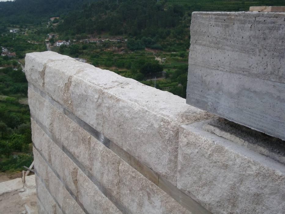 Pormenor da parede de granito Área77 - arquitectura, engenharia e design, lda Casas modernas