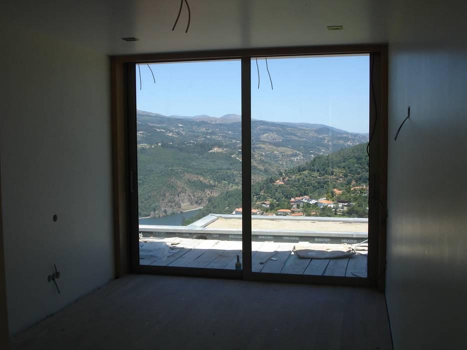 Quarto e vistas Casas modernas por Área77 - arquitectura, engenharia e design, lda Moderno