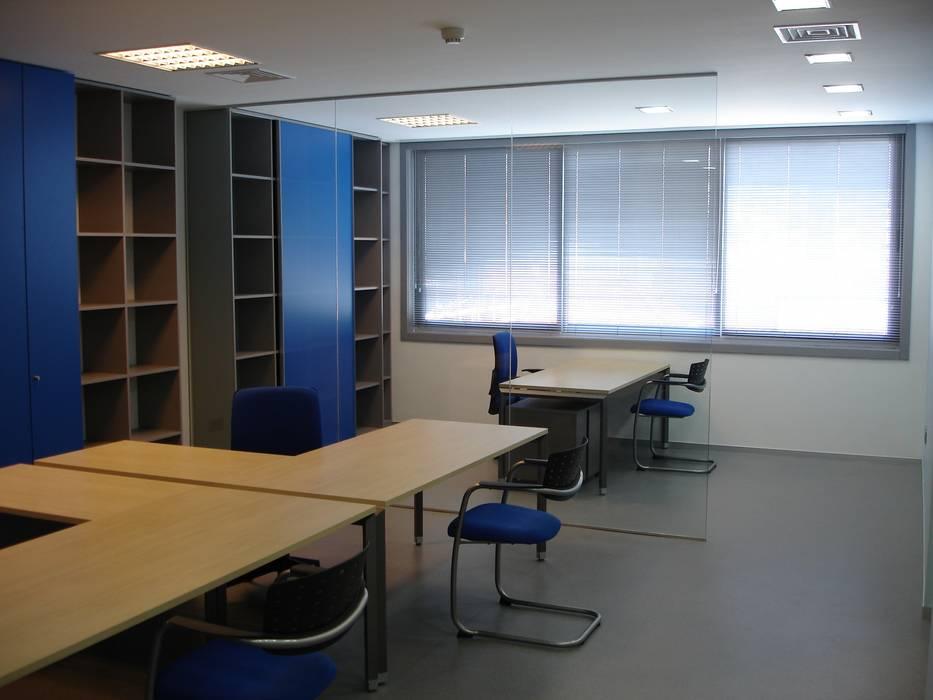 Espaços de trabalho: Escritórios  por Área77 - arquitectura, engenharia e design, lda