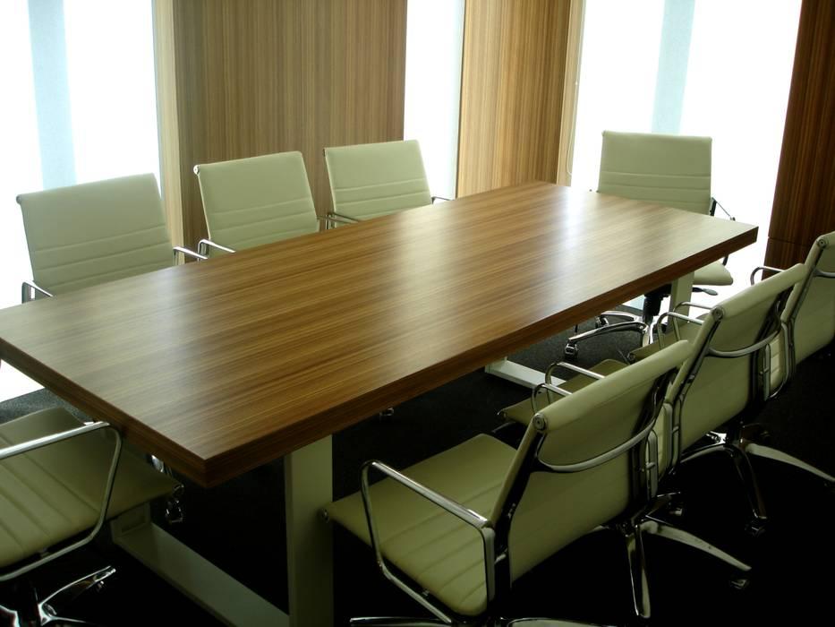Sala de reuniões: Escritórios  por Área77 - arquitectura, engenharia e design, lda