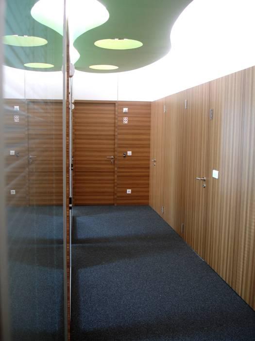 Corredor de circulação: Escritórios  por Área77 - arquitectura, engenharia e design, lda,