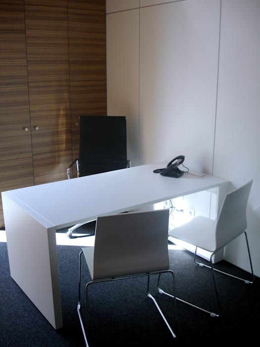 Gabinete privado: Escritórios  por Área77 - arquitectura, engenharia e design, lda