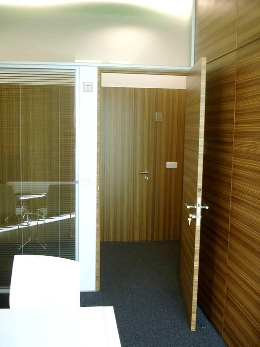 Saída do gabinete privado por Área77 - arquitectura, engenharia e design, lda Moderno