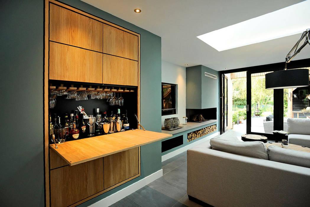 Bar voorzien in inbouwkast woonkamer door robin hurts architect