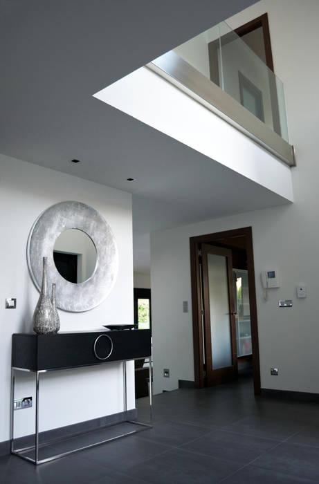 VIVIENDA UNIFAMILIAR EN OLEIROS Pasillos, vestíbulos y escaleras de estilo moderno de Intra Arquitectos Moderno