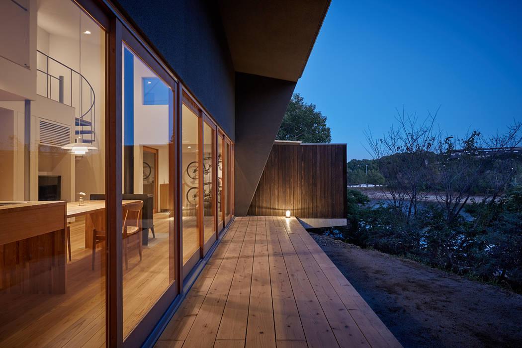 湖沼に建つ家: toki Architect design officeが手掛けたテラス・ベランダです。,モダン 木 木目調