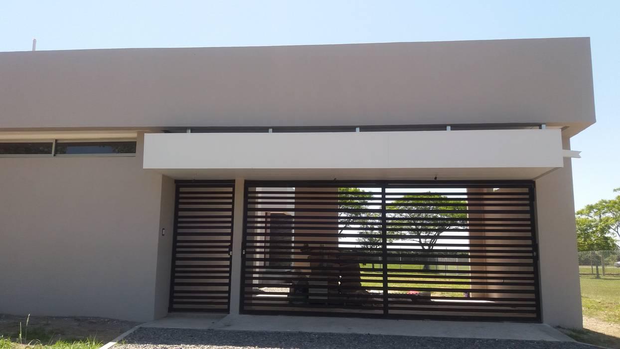 Fachada principal: Casas de estilo minimalista por VHA Arquitectura