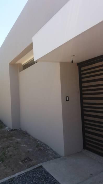 Ingreso: Casas de estilo minimalista por VHA Arquitectura