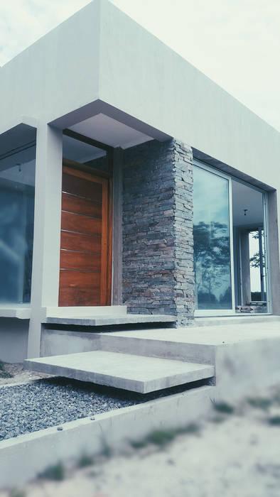 Ingreso : Casas de estilo minimalista por VHA Arquitectura