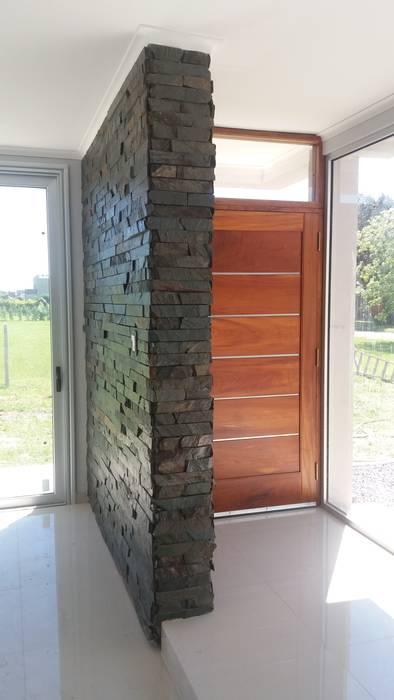 Plano materializado en piedra- interior: Livings de estilo  por VHA Arquitectura
