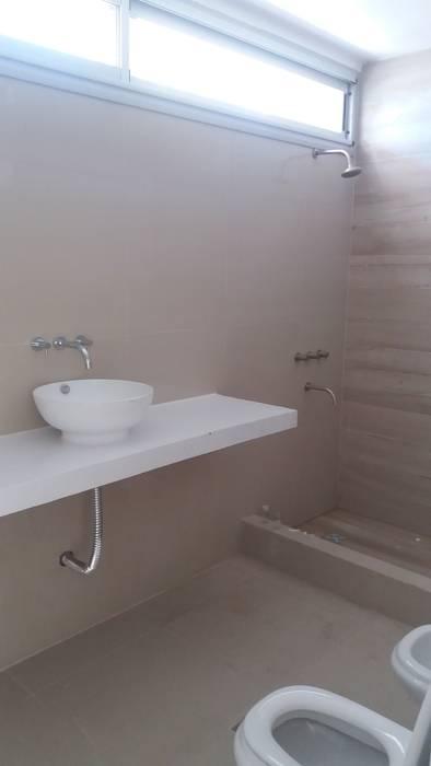 Sanitario  de suite : Baños de estilo minimalista por VHA Arquitectura